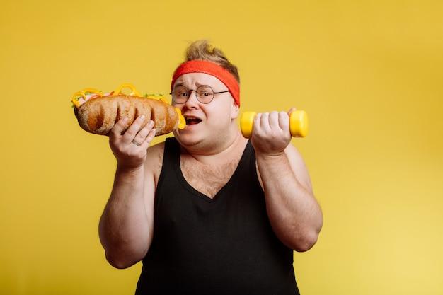 ファーストフードのハンバーガーを食べてデブ男