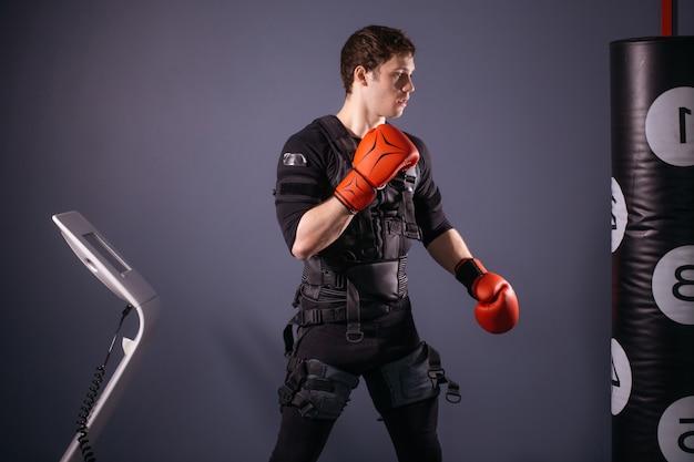 トレーニング中にボクシンググローブの男