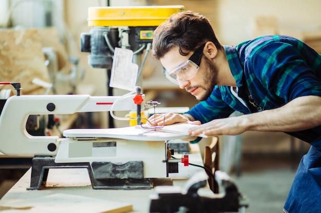 大工は製材所で木材の加工に従事。