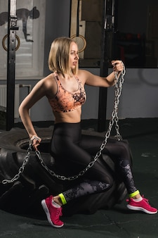 重いチェーンファッションの肖像画のスポーツの女性。
