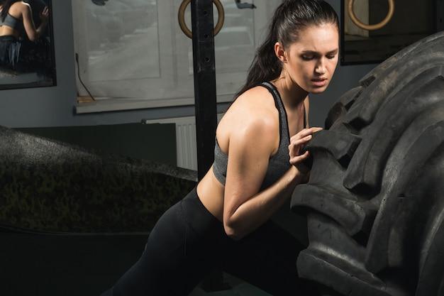 ジムでタイヤを弾く強い女の子。