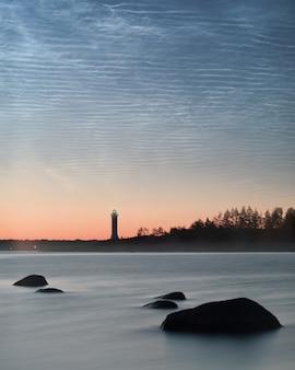 フィンランド湾の夜光雲。灯台のシルエット。