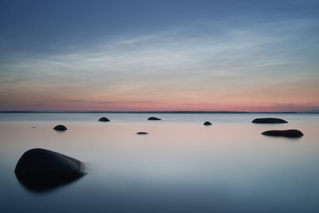 フィンランド湾の夜光雲。長期露出。