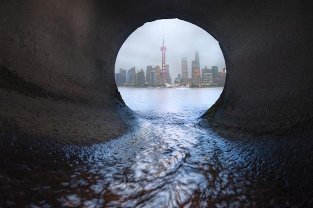 下水道からの大都市の眺め
