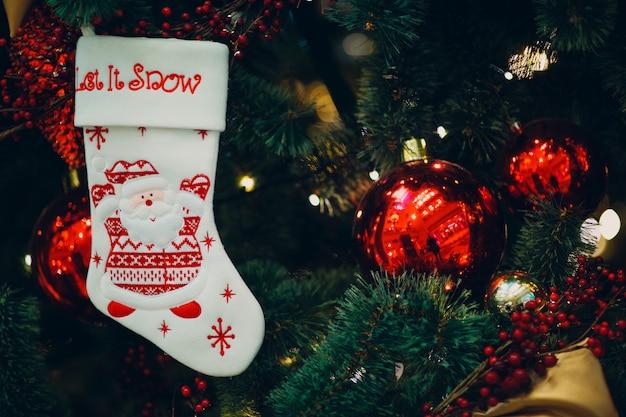 美しい装飾が施されたクリスマスツリー