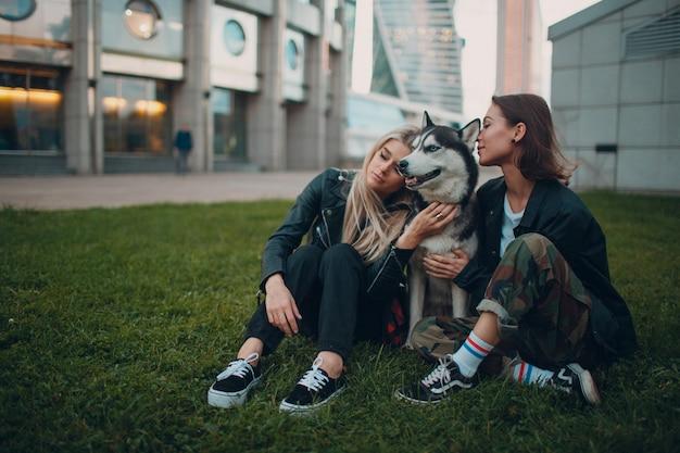 かなり若い女性とハスキー犬