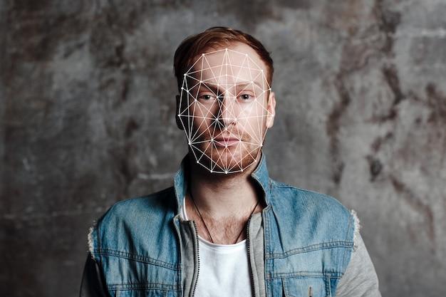 顔認識セキュリティシステム。顔は、携帯電話の技術コンセプトを増強します。