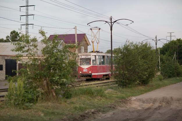 Старый трамвай едет в провинциальном городе летом