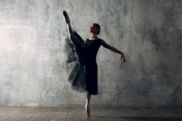 若い美しい女性バレエダンサー