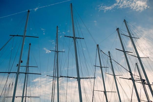 太陽に照らされた桟橋の海ヨットのマスト