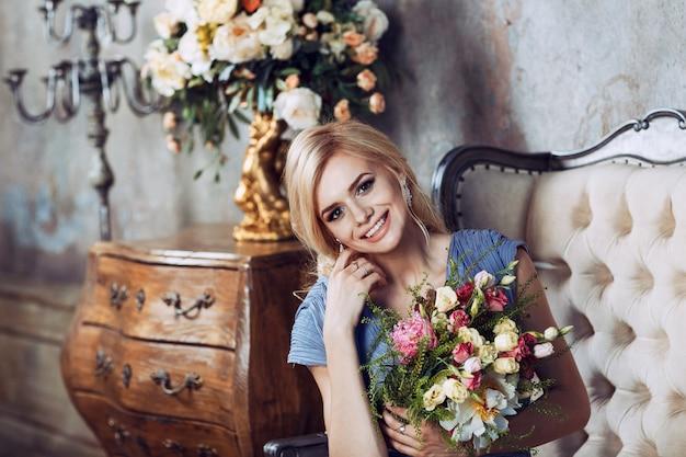 かなり笑顔の女性と花の花束