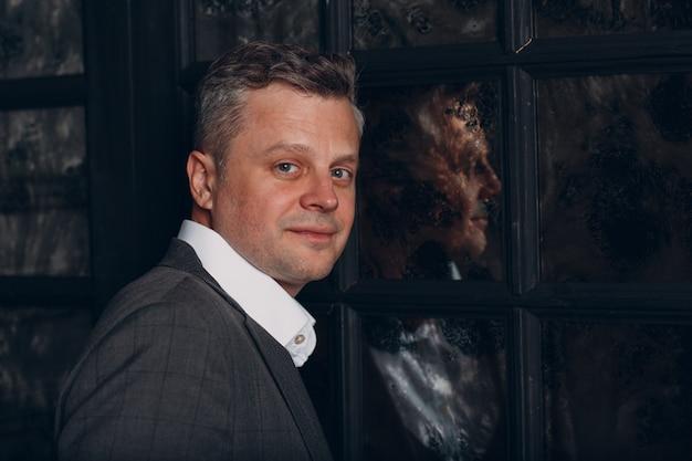厳格なグレーのスーツのビジネスマンの肖像画
