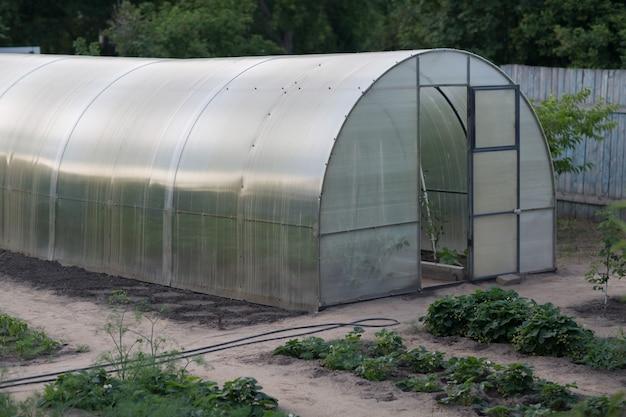 庭の温室を閉じる