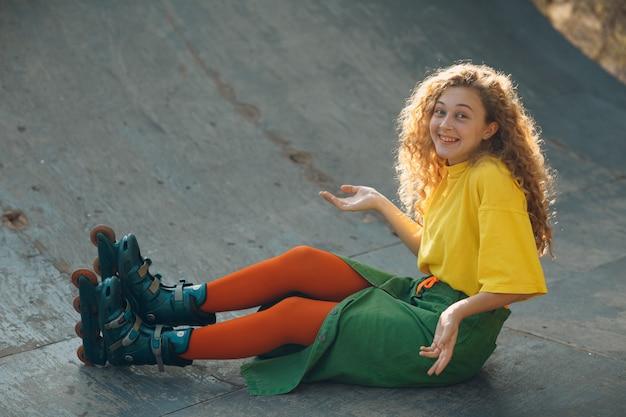 緑と黄色の服の若い女性の肖像画