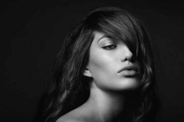 女性の黒と白の肖像画