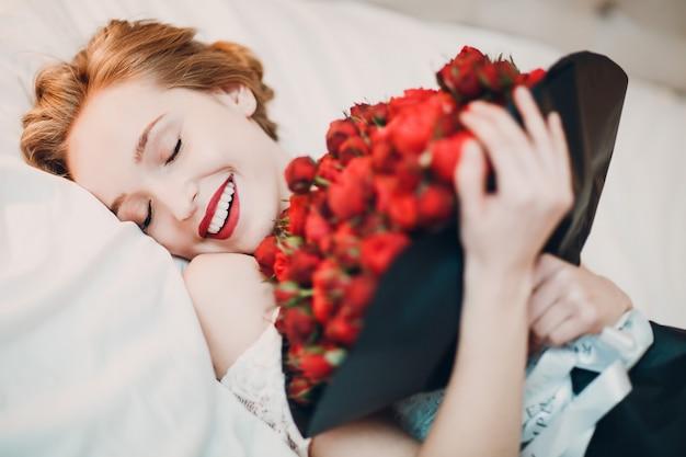 笑顔のかなり若い女性と花の花束