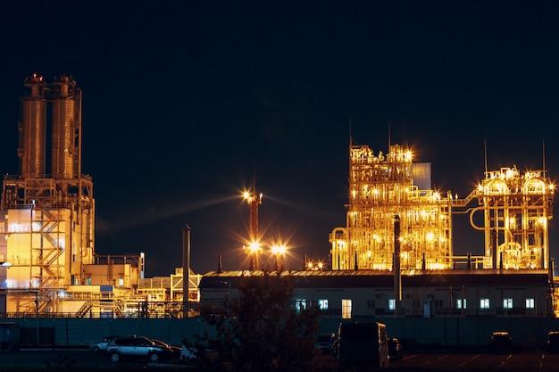 夜にライトが付いている石油化学工場プラント