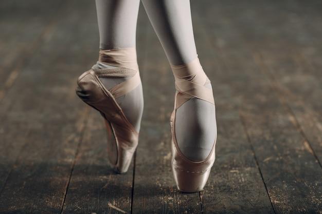 トウシューズのバレリーナの足をクローズアップ。