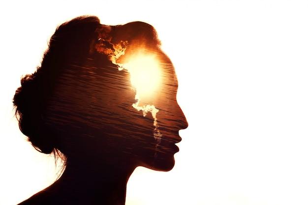 女性の多重露光の肖像画。雲の後ろの太陽。感情的知性の概念。