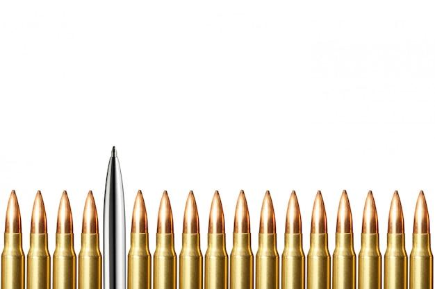 ペンと弾丸は白い背景の上に丸めます。ジャーナリズムとブロガーのコンセプト。コピースペース。