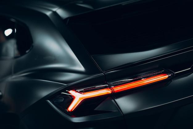 ランボルギーニウルスの黒いスポーツカー。スポーツカーのストリートレース。
