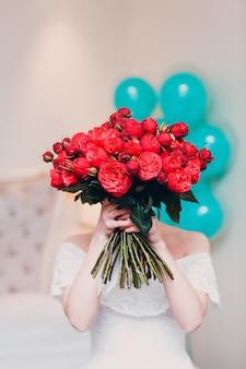 バラの花束の女性