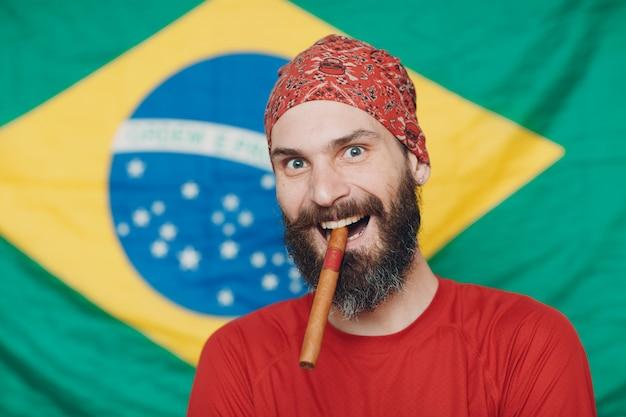ブラジルの国旗に対してバンダナのひげを生やした男