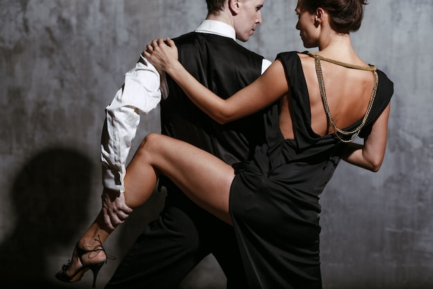 黒のドレスと男の若いきれいな女性ダンスタンゴ