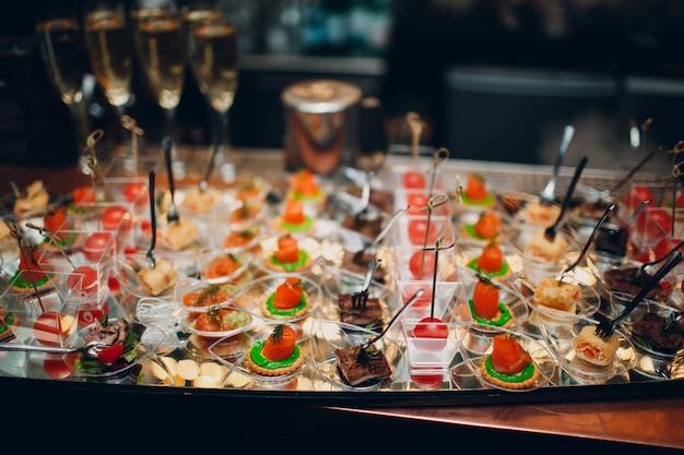 Кейтеринг праздничная концепция. еда и закуски на столе.