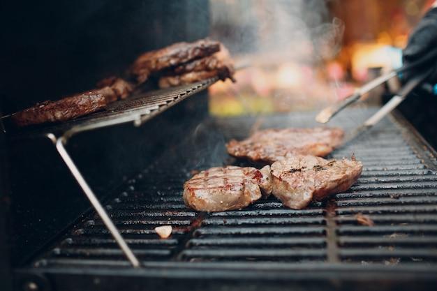 Мясо на гриле на гриле на открытом воздухе