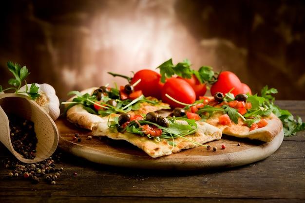 Традиционная домашняя пицца, готовая к употреблению