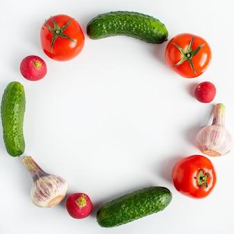 Свежие овощи на белом фоне. веганская эко еда. место для текста.