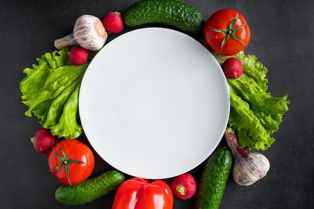 暗い背景に新鮮な野菜。健康的な栄養と食事のコンセプトです。