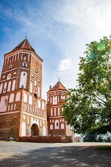 ミール、ベラルーシ。青空を背景に美しい中世の城。