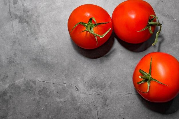暗いコンクリートの背景に赤いトマト