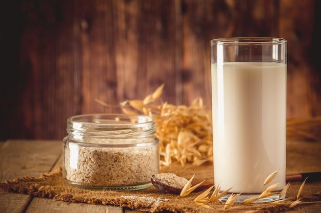 スーパーフード。健康的な食事のためのエンバクミルクのガラス。トレンドの食べ物。