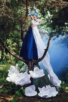 青い角の森でポーズをとる美しいモデル