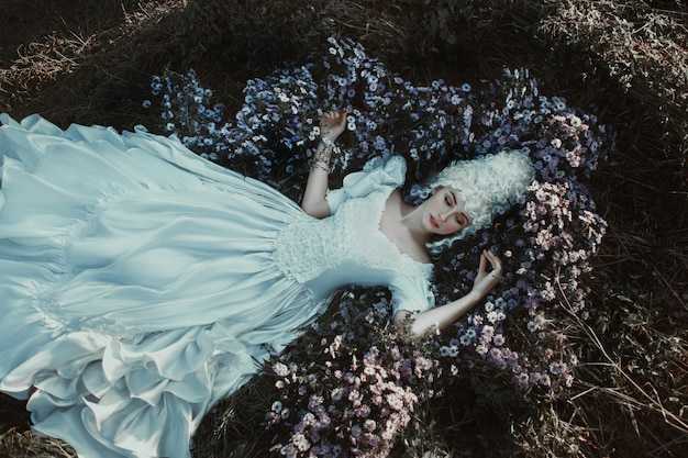 Красивая девушка позирует в средневековом историческом платье