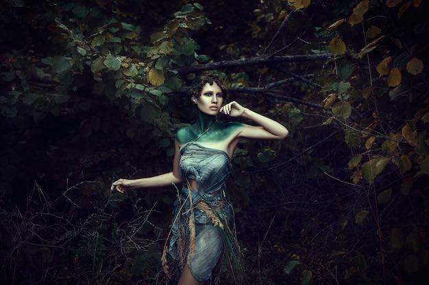 Красивая молодая модель позирует как олень