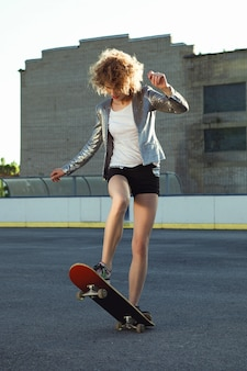 Красивая молодая модель позирует в повседневной одежде в спортивном стиле