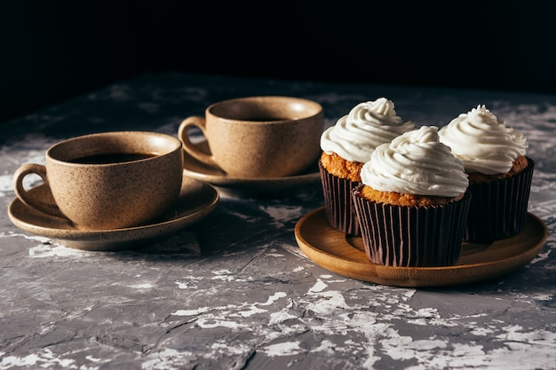 コーヒーのカップとカップケーキ。