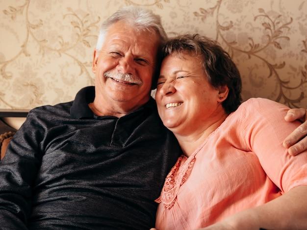 Старик женщина смеется обнимаются дома