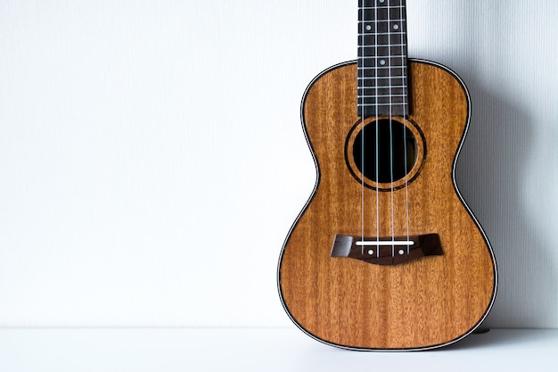 Гавайская гитара на белом фоне