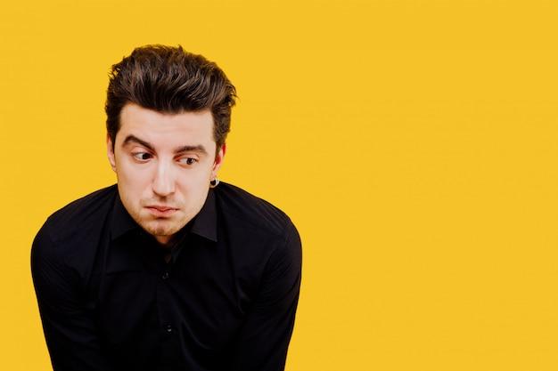 男、驚いた表情、黄色の背景、分離