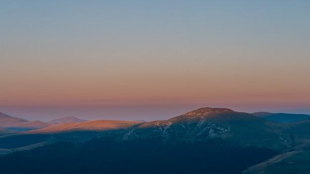 ブチェジ山脈の風景の中の雄大な日の出。日没時間。カルパチア、ルーマニア、ヨーロッパ。美の世界。