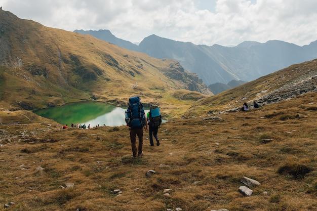 Красивый пейзаж гор и туристов, концепция путешествия