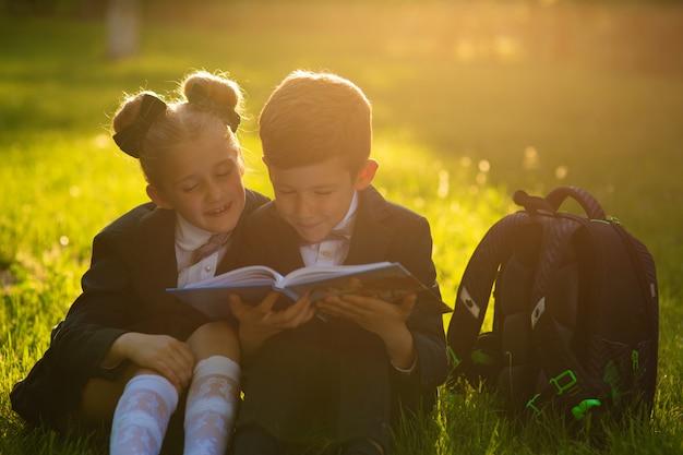 少年と女子高生は本を読んで
