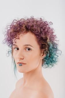 巻き毛の色の髪を持つ女性。美しい髪を着色する女性