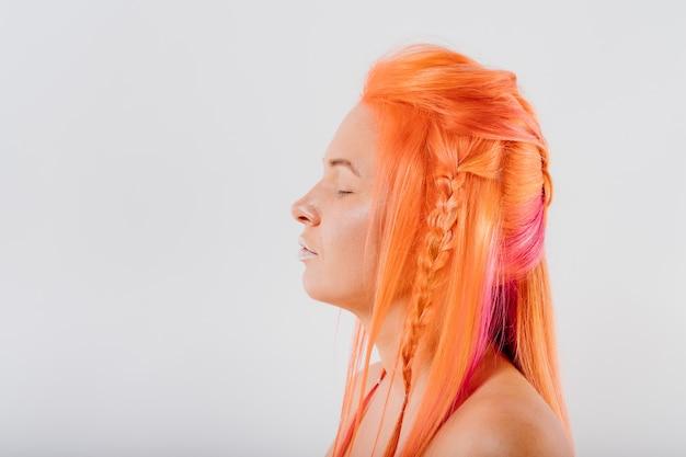 オロフル染めの髪。長く流れる髪の若い美しい女性