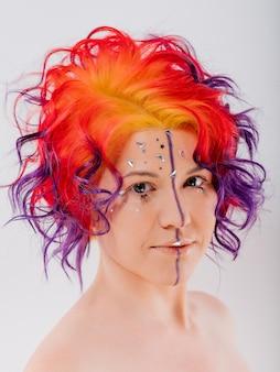 色の髪の女性。赤、メイクや髪型の女の子。
